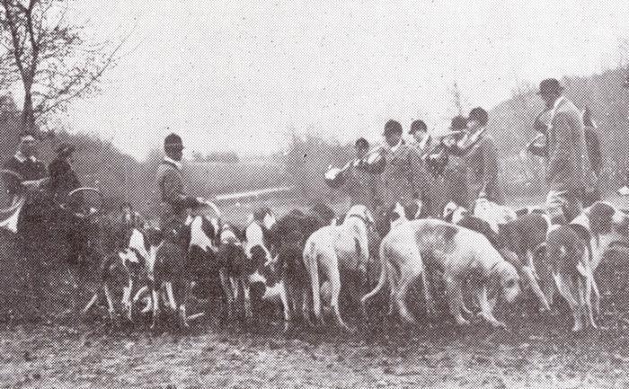 En 1933 - Photo parue dans Le Sport universel illustré - Don de M. E. Frachon à la Société de Vènerie