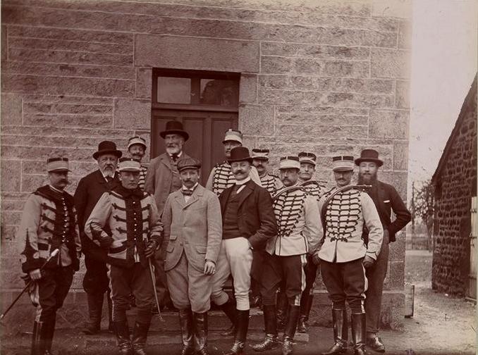 Officiers du 14e Hussards - Tiré de l'ouvrage L'Equipage du marquis de Chambray - Photos de Maurice de Gasté (1894) - Bnf (Gallica)