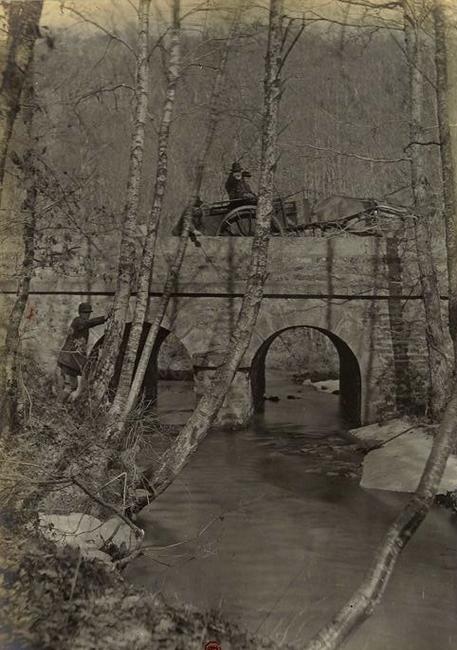 Le Ponte de Bourbe-Noire - Tiré de l'ouvrage L'Equipage du marquis de Chambray - Photos de Maurice de Gasté (1894) - Bnf (Gallica)