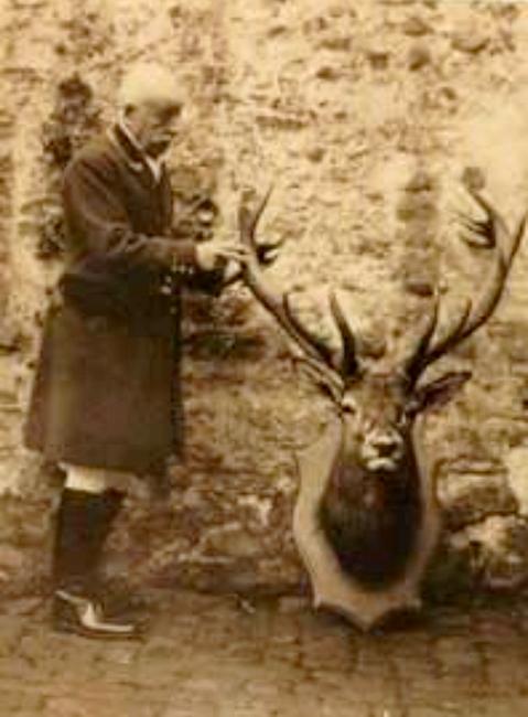 Bertrand de Vallon et le plus beau cerf de France pris en 1924 - Don à la Société de Vènerie