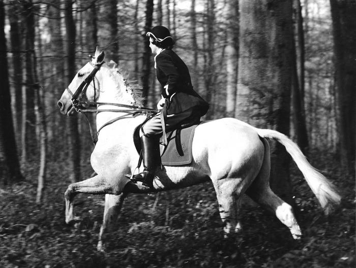 Armelle de La Bédoyère en Forêt d'Halatte - Photo de Georges Hallo - Don de M. J.-G. Hallo à la Société de Vènerie