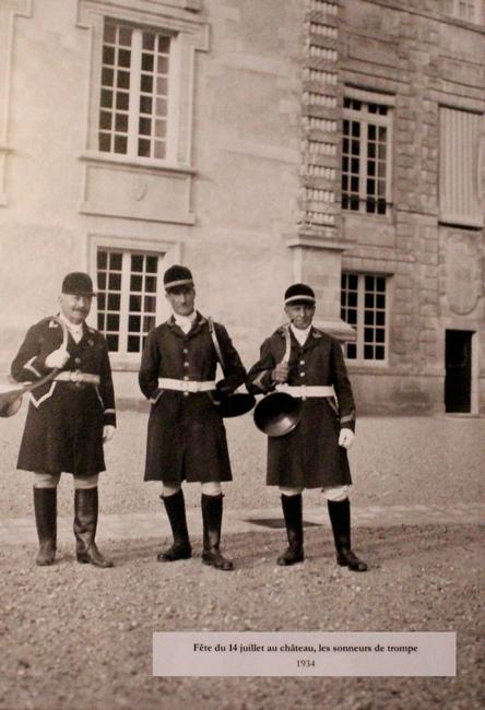 Sonneurs devant le château d'Azay-le-Ferron en 1934 (Photo : courtoisie) - www.chateau-azay-le-ferron.com