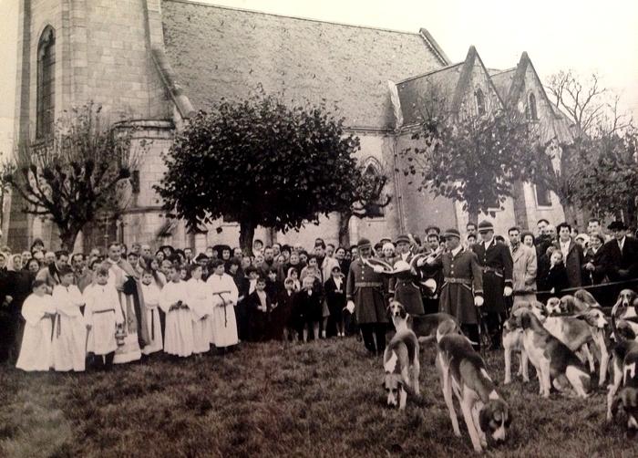 Saint-Hubert devant l'Eglise de Vouzeron - Don de M. C. Posty à la Société de Vènerie